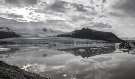 Tonque y montañas del glaciar, negro y blanco fotografía de archivo