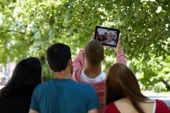 Tonår som har roligt och ut utanför hänger Royaltyfri Fotografi
