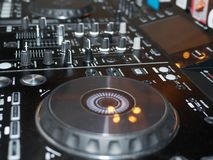 Tonregiepultdetail, Abschluss oben DJ-Berufsmusikkonsole Weitwinkelfoto des schwarzen Tonmeisterprüfers mit Griffen lizenzfreie stockfotografie