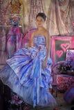 tonårig flicka i en ljus kulör aftonklänning Arkivbild