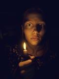 Tonårig flicka med en stearinljus Royaltyfri Bild