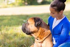Tonårig flicka med hunden Fotografering för Bildbyråer