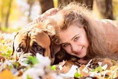 Tonårig flicka och hund Fotografering för Bildbyråer