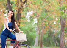 Tonårig flicka på en cykel Arkivfoton