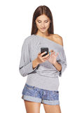 Tonårig flickatextmessaging på hennes mobil Royaltyfria Foton