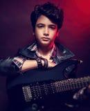 Tonårig grabb som spelar på gitarren Fotografering för Bildbyråer