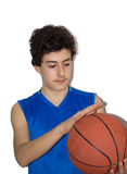 Tonårig idrottsman som spelar basket Arkivfoto