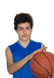 Tonårig idrottsman som spelar basket Arkivbilder