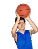 Tonårig idrottsman som spelar basket Arkivfoton
