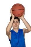 Tonårig idrottsman som spelar basket Royaltyfria Bilder