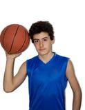 Tonårig idrottsman som spelar basket Fotografering för Bildbyråer