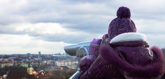 Tonåriga blickar för flicka på Prague Royaltyfria Bilder