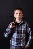 Tonåring med en crossbow Arkivbilder