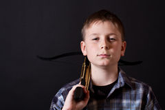 Tonåring med en crossbow Royaltyfri Fotografi