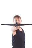 Tonåring med en crossbow Arkivfoto