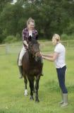 Tonåring som barbacka rider på hennes ponny Royaltyfria Bilder