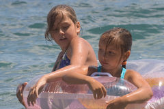 tonåring två för hav för 8 badflickor Fotografering för Bildbyråer