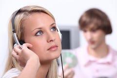 Tonåringar som lyssnar till musik Royaltyfri Fotografi