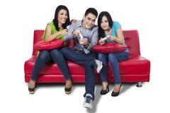 Tonåringar som spelar videospel Royaltyfri Foto