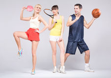 Tonåringar som övar några sportar under, fjädrar Arkivbild