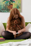 Tonåringen kontrollerar graviditetstestresultat Fotografering för Bildbyråer