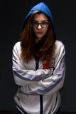 Tonåringflicka i skugga med korsade armar Arkivfoto