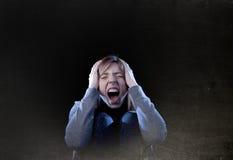 Tonåringflicka med rött hår som känner ensamt skrikigt desperat a Arkivbild