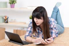 Tonåringflicka som hemma studerar Arkivfoto