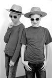 Tonåringpojkar med sugrörhatten Arkivbilder