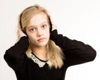 Tonårs- blond flicka som lyssnar till hennes hörlurar Royaltyfri Bild