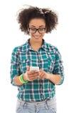 Tonårs- flicka för härlig afrikansk amerikan med mobiltelefonisolat Fotografering för Bildbyråer