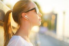 Tonårs- flicka som lyssnar till musik Arkivbilder