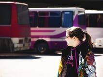 Tonårs- flicka som är på bussstationen Royaltyfria Bilder