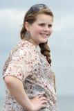 Tonårs- flicka som stirrar in i avståndet Arkivfoto