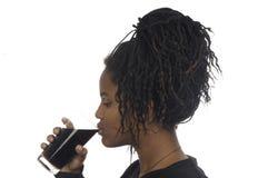 Tonårs- flicka som tar en drink Fotografering för Bildbyråer