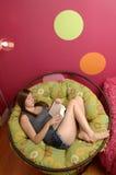 tonårs- flickaavläsning Royaltyfria Bilder