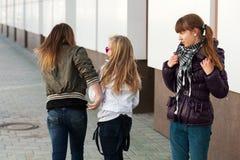 Tonårs- flickor i konflikt Royaltyfria Foton