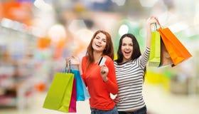 Tonårs- flickor med den shoppingpåsar och kreditkorten Royaltyfri Fotografi