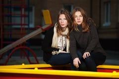 Tonårs- flickor på lekplatsen Royaltyfri Foto