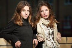 Tonårs- flickor på nattstadsgatan Arkivfoto