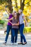 Tonårs- flickor som gör selfie Royaltyfri Bild