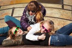 Tonårs- flickor som kopplar av på stadsgatan Fotografering för Bildbyråer