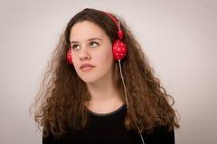 Tonårs- Ginger Girl Listening To Music Royaltyfria Foton