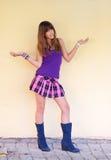 tonårs- kort skirt för härlig kängaflicka Royaltyfri Fotografi