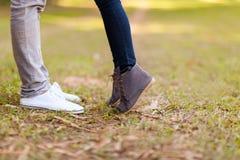 Tonårs- kyssa för par Fotografering för Bildbyråer