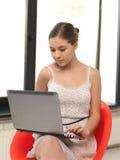 tonårs- lycklig bärbar dator för datorflicka Arkivfoto