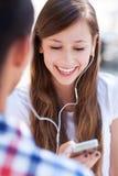 Tonårs- par med spelare mp3 Royaltyfri Bild