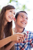 Tonårs- par med spelare mp3 Royaltyfria Foton