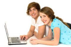 tonårs- parbärbar dator Royaltyfria Foton