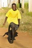 Tonårs- pojke som leker med däck - gul T-tröja Royaltyfri Bild